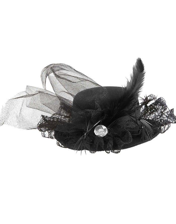 Svart liten hatt med band och fjädrar. b20f7a146c203